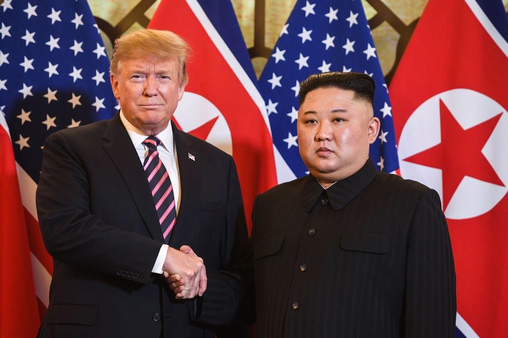Presidente dos EUA, Donald Trump, e líder norte-coreano, Kim Jong-un, se cumprimentam no início da cúpula de Hanói, no Vietnã, nesta quarta-feira (24) — Foto: Saul Loeb / AFP