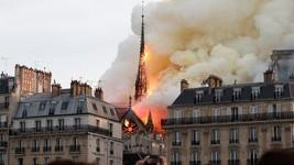 Vídeo mostra torre da igreja desmoronando (Benoit Tessier/Reuters)