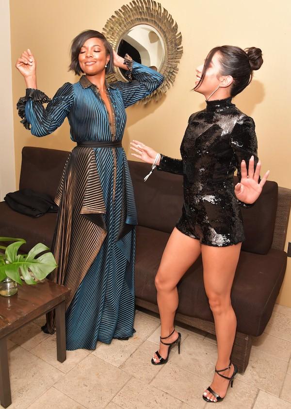 Vanessa Hudgens com Gabrielle Union no evento celebrando os 60 anos do nascimento do músico Michael Jackson (1958-2009) (Foto: Getty Images)