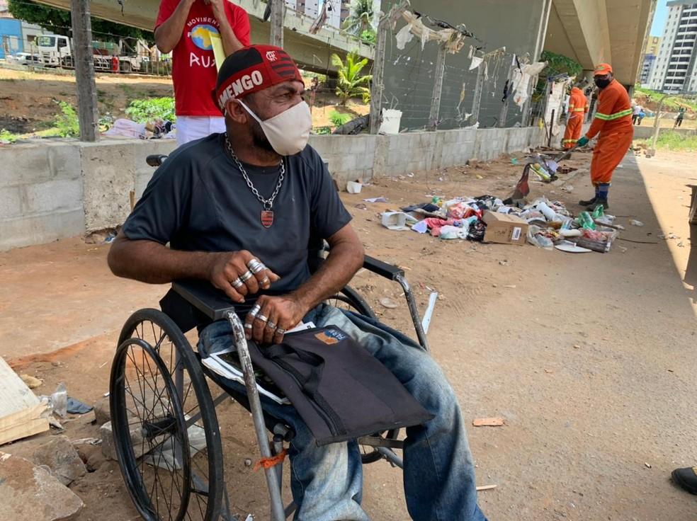 João Maria Duarte, de 47 anos, é cadeirante e morava no Viaduto do Baldo há 14 anos — Foto: Anna Alyne Cunha / Intertv Cabugi