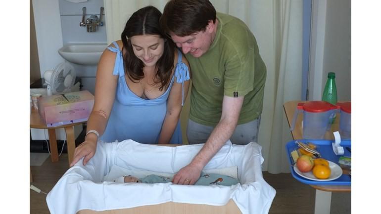 Anna e o marido Stephen com a bebê Clara (Foto: Reprodução Facebook)