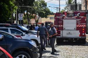 Policiais e bombeiros na cena do crime de Suzano que mantou ao menos 10 pessoas