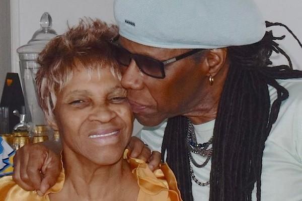 O músico Nile Rodgers com sua mãe Beverly Goodman (Foto: Twitter)