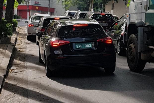 Classe A hatchback foi flagrado em testes no Brasil (Foto: Julio Cabral/Autoesporte)