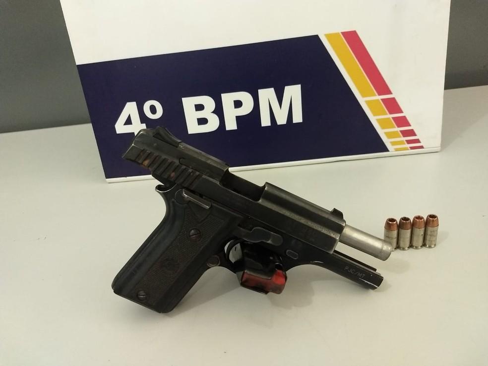 Arma de uso restrito estava com vereador de Várzea Grande (Foto: PM/Divulgação)