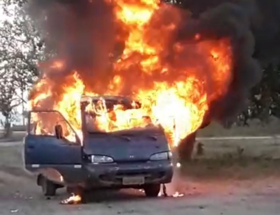 Van usada como transporte escolar pega fogo em Independência, no interior do Ceará.  — Foto: Arquivo pessoal