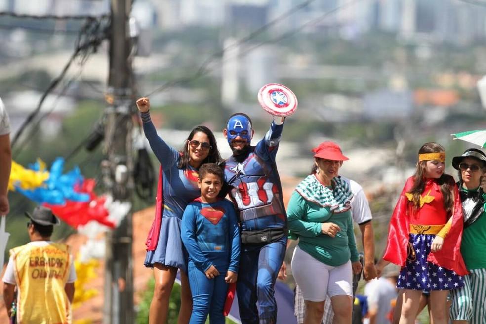 Supergirl, Super Homem e Capitão América curtem o carnaval de Olinda neste domingo (11), no bloco Enquanto Isso na Sala da Justiça. (Foto: Aldo Carneiro/Pernambuco Press)