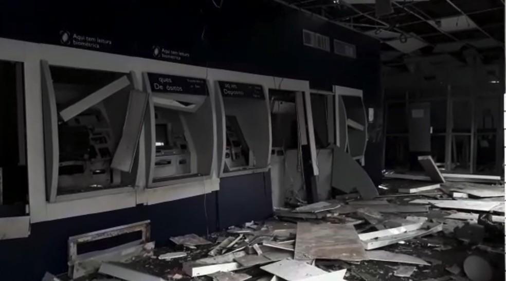 Caixas eletrônicos foram arrombados com explosivos em assalto duplo em Campo Maior, no Piauí — Foto: Walter Júnior/ TV Clube