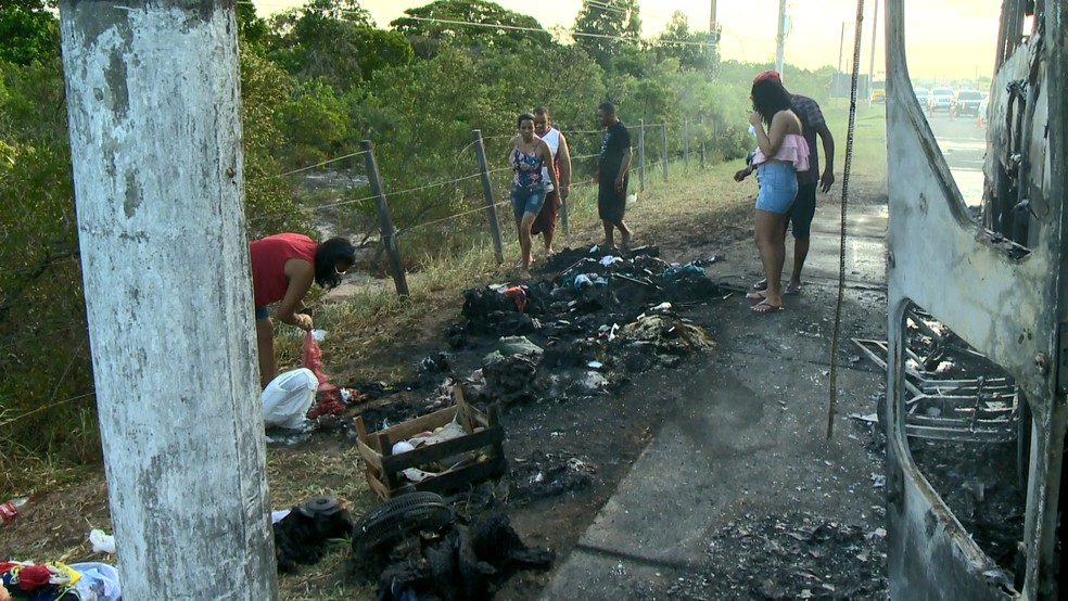 Toda a bagagem dos passageiros foi destruída em incêndio na Rodovia do Sol, em Guarapari  — Foto: Reprodução/ TV Gazeta