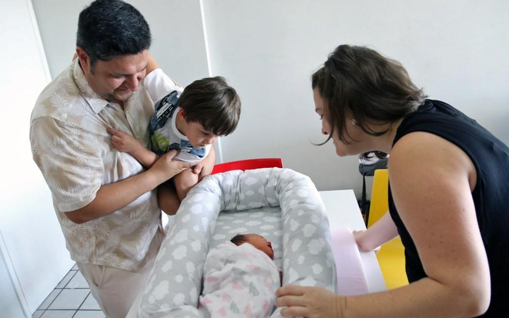 Mirko, o pai; Vicente, o filho mais velho do casal; Mariana, a bebê e Luciares, a mãe — Foto: Aldo Carneiro/Pernambuco Press