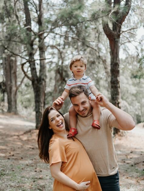 Sabrina Petraglia, grávida de oito meses, com o marido e o filho (Foto: Babuska Fotografia)