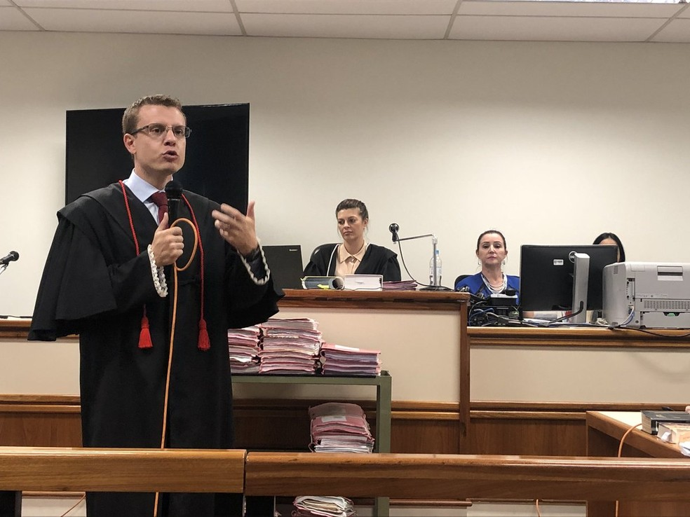 Promotor Bruno Bonamente durante a fase de debate do julgamento do caso Bernardo. No centro, a juíza Sucilene Engler — Foto: Joyce Heurich/G1