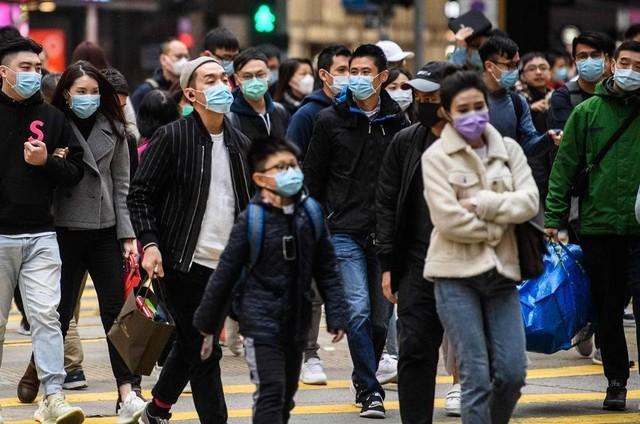 Chineses estão usando máscaras para evitar a propagação do Coronavírus (Foto: ANTHONY WALLACE / AFP)