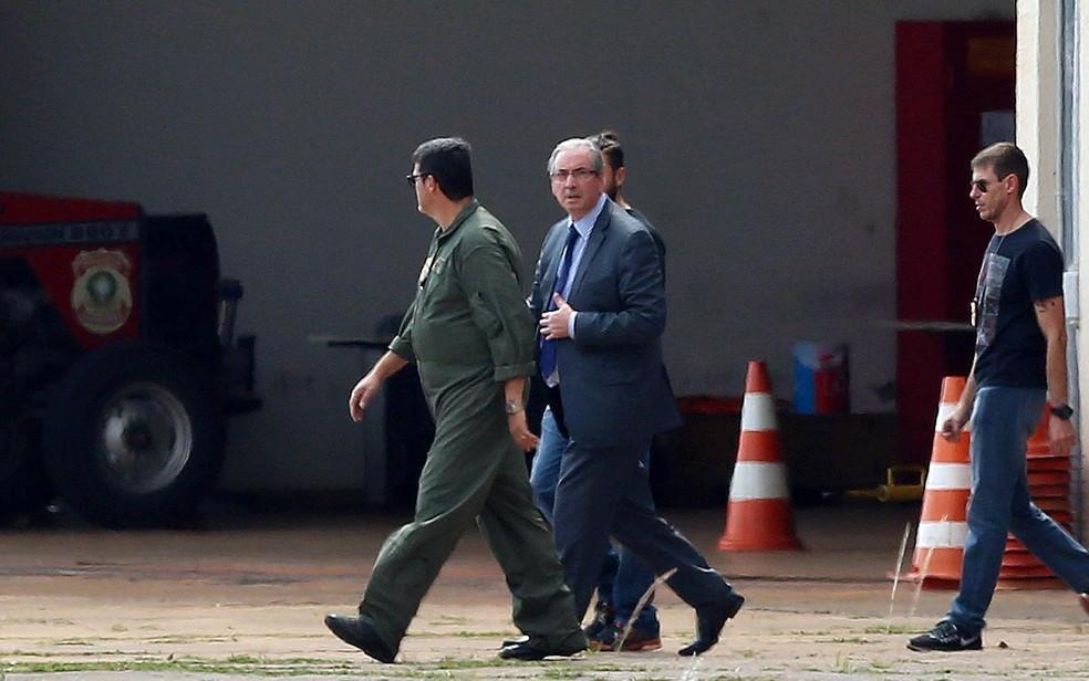 O ex-presidente da Câmara dos Deputados Eduardo Cunha (PMDB) é levado preso por agentes da Polícia Federal em Brasília antes de embarcar rumo a Curitiba, em 2016 — Foto: Adriano Machado/Reuters