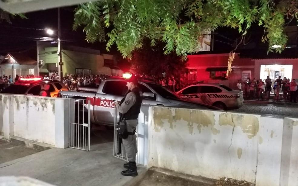 Moradores da cidade de Soledade foram para frente da delegacia de Polícia Civil, após prisão — Foto: Wellison Vagner/Polícia Civil