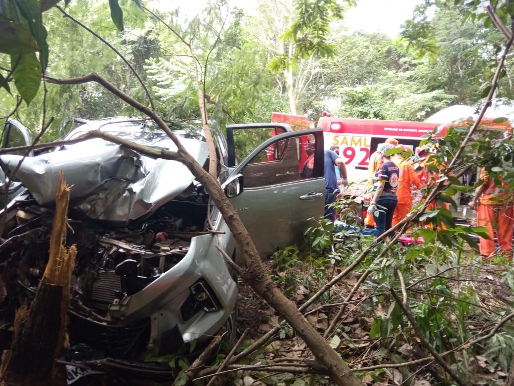 Três ficam feridos após carro sair da pista e bater em árvore na BR-153