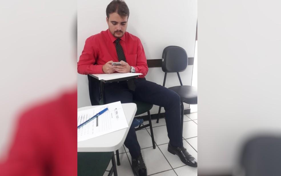 João Cláudio grava as aulas no celular para estudar por meio dos áudios, em Goiânia, Goiás — Foto: Angelita Magna/Arquivo pessoal