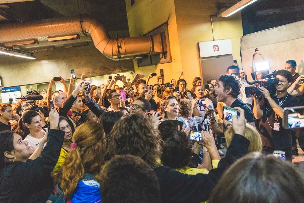 Dinho Ouro Preto faz show surpresa no metrô de São Paulo — Foto: Luiz Sontachi / Divulgação / Rock in Rio