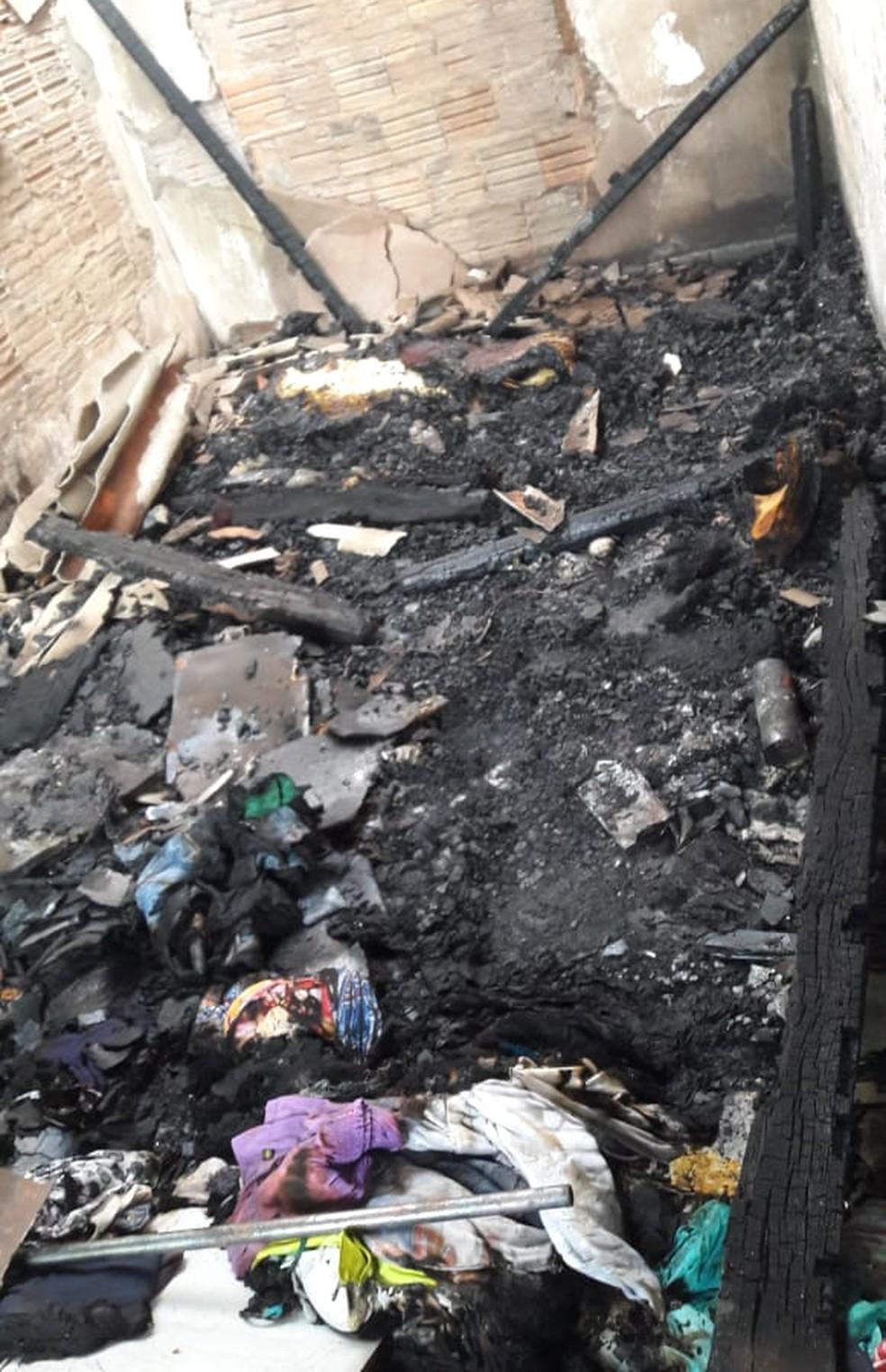 Casa da vítima após incêndio provocado pelo suspeito para destruir provas (Foto: Polícia Civil-MT/Divulgação)