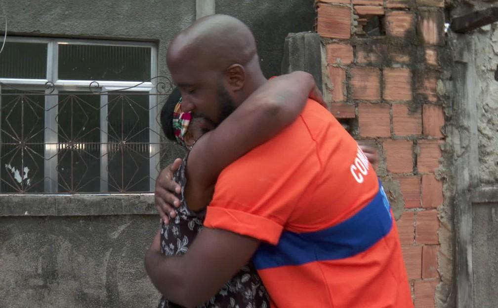 O abraço de Dona eli e do gari Leandro da Silva — Foto: Reprodução/TV Globo