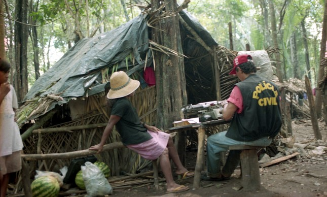 Policial colhe depoimento de lavrador em acampamento do MST na Fazenda Macaxeira