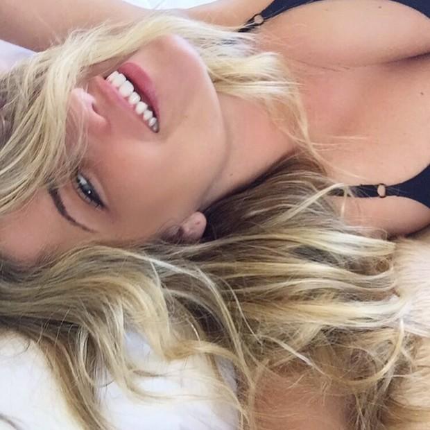 """Ellen Rocche posa """"sorrindo a toa"""" para dar bom dia  (Foto: Reprodução/Instagram)"""