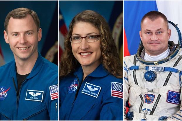 Os astronauta Nick Hague. Christina Hammock Koch e Alexey Ovchinin devem partir em 28 de fevereiro de 2019, no Cosmódromo de Baikonour, no Cazaquistão, para uma missão à Estação Espacial Internacional (Foto: NASA/Divulgação)