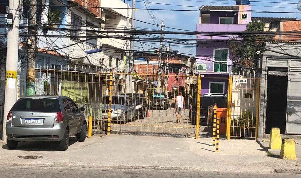 Entrada da vila na Taquara, em Jacarepaguá, onde mora José Cândido Procópio da Silva, pai da Ana Cristina Siqueira Valle, ex de Jair Bolsonaro — Foto: Carlos Brito/G1