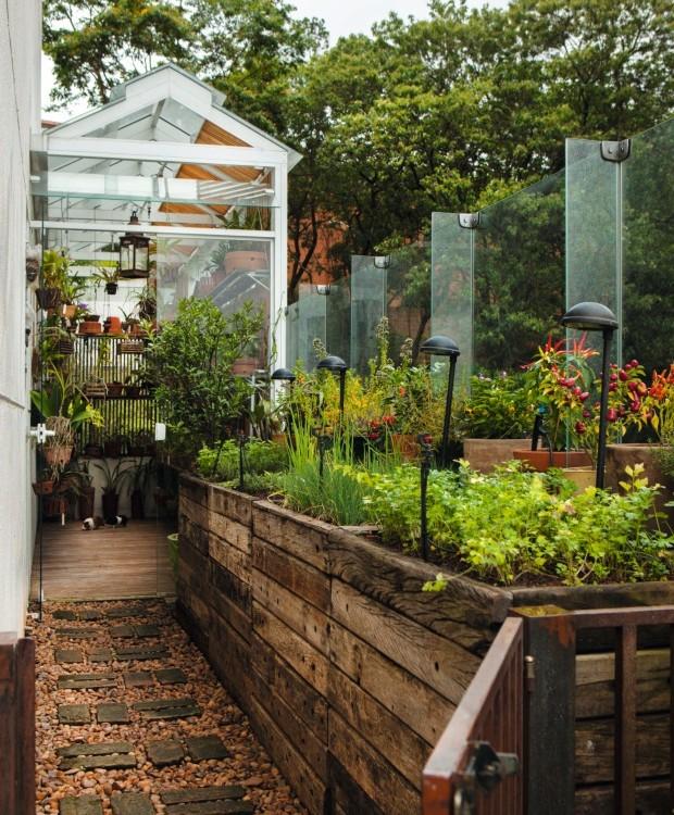 Dormir No Jardim O Que Tem Debaixo Da Sua Escada: 6 Quintais Com Soluções E Ideias Que Vão Além Das Plantas