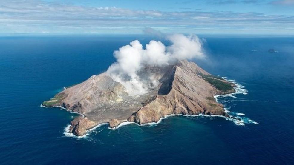 O vulcão de White Island, na Nova Zelândia, é um dos mais ativos do país - sua última erupção aconteceu em dezembro — Foto: Getty Images via BBC