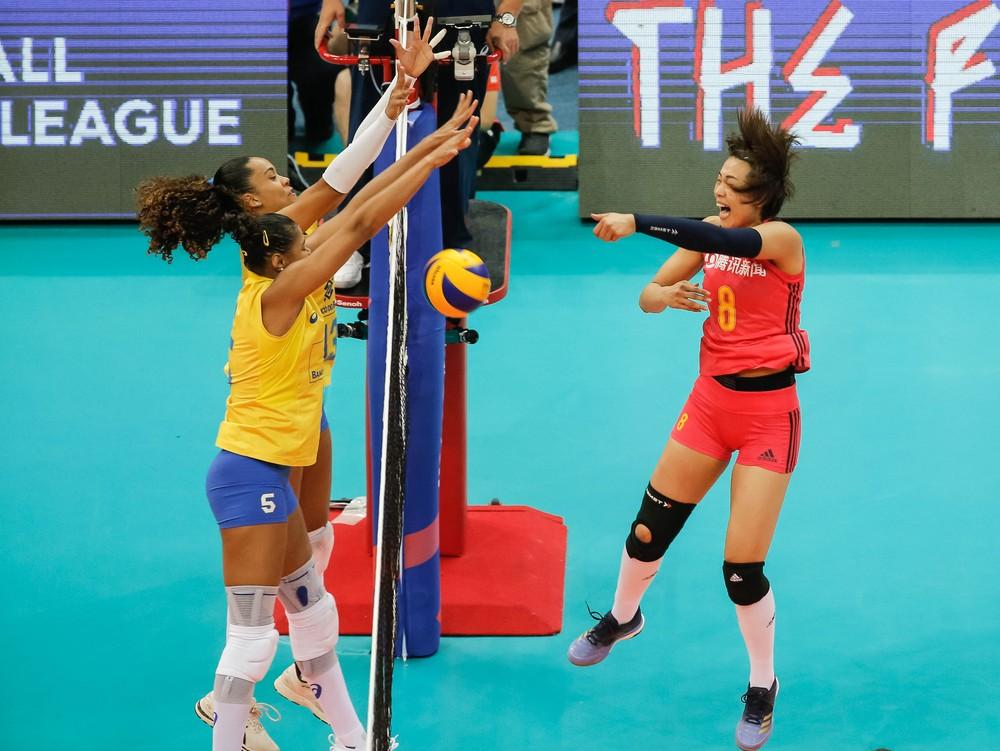 Adenízia e Amanda bloqueiam Zeng (Foto: Divulgação/FIVB)