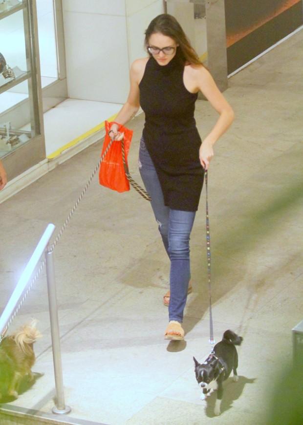 Isabelle Drummond leva seus cães para passear (Foto: AG News)