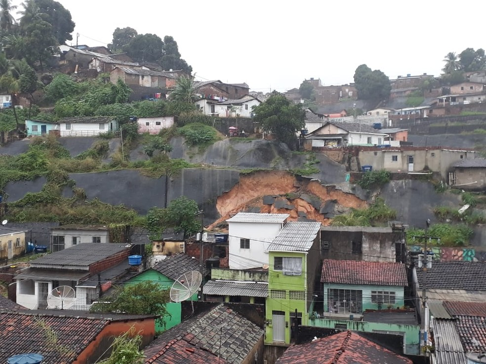 Deslizamento foi registrado no Córrego do Abacaxi, em Olinda, nesta quarta-feira (24) — Foto: Wellington Pereira/TV Globo