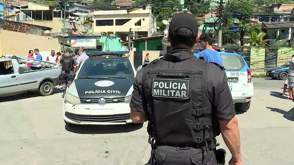 PMs e policiais civis da Divisão de Homicídios da Baixada Fluminense estiveram no local do crime (Foto: Fábio Neder / TV Globo)