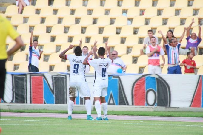 Gileard comemora gol da vitória do MAC sobre o Sampaio (Foto: Biaman Prado / O Estado)