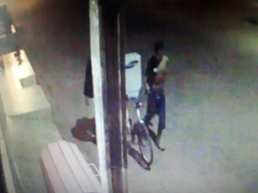 -  Um dos equipamentos, que pesa mais de 50 quilos, foi transportado na garupa da bicicleta  Foto: Polícia/Divulgação