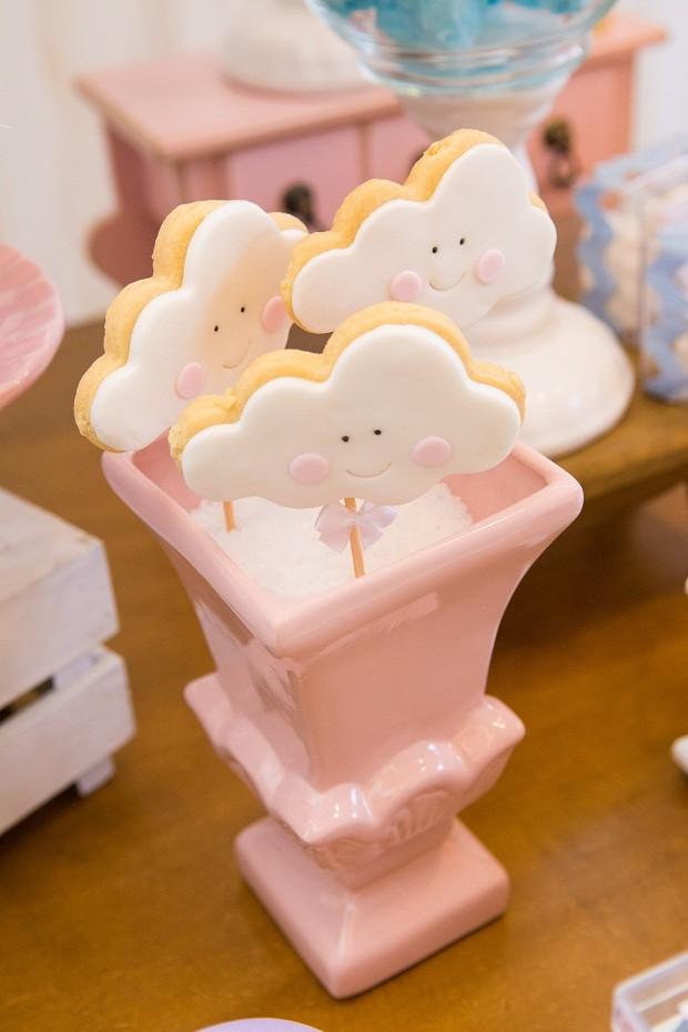 Biscoitos em formato de nuvens no palito foram posicionados em um vaso com sal grosso  (Foto: Danilo Giunchetti)