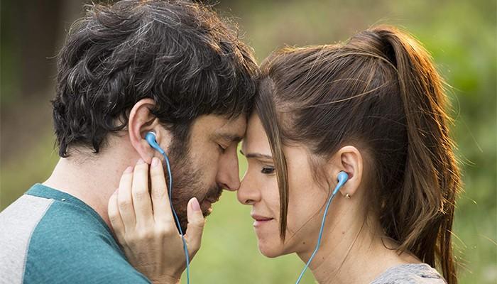 Caco Ciocler e Ingrid Guimarães interpretam casal  (Foto: Divulgação)