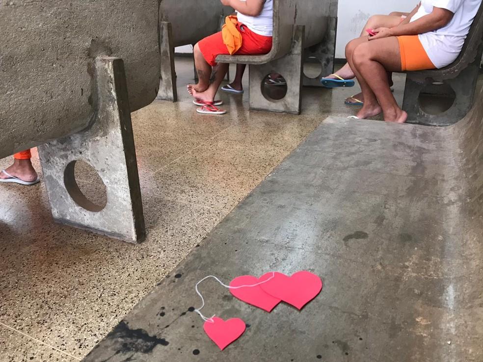 Corações de borracha usados em dinâmica com detentas da Colmeia, presídio feminino do DF — Foto: Luiza Garonce/G1