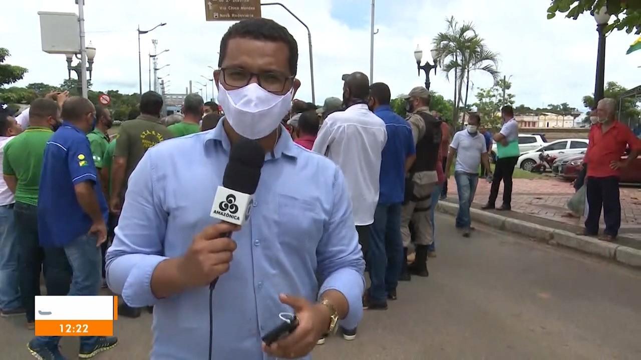 Taxistas que fazem corrida intermunicipal fecham ponte em protesto no Centro de Rio Branco