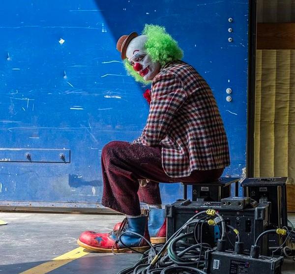 Uma foto do filme solo do vilão Coringa protagonizado pelo ator Joaquin Phoenix, divulgada pelo cineasta Todd Phillips (Foto: Instagram)