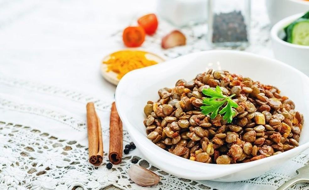 A bolonhesa de lentilha, rica em proteínas, é uma ótima opção para acompanhar o macarrão — Foto: Getty Images