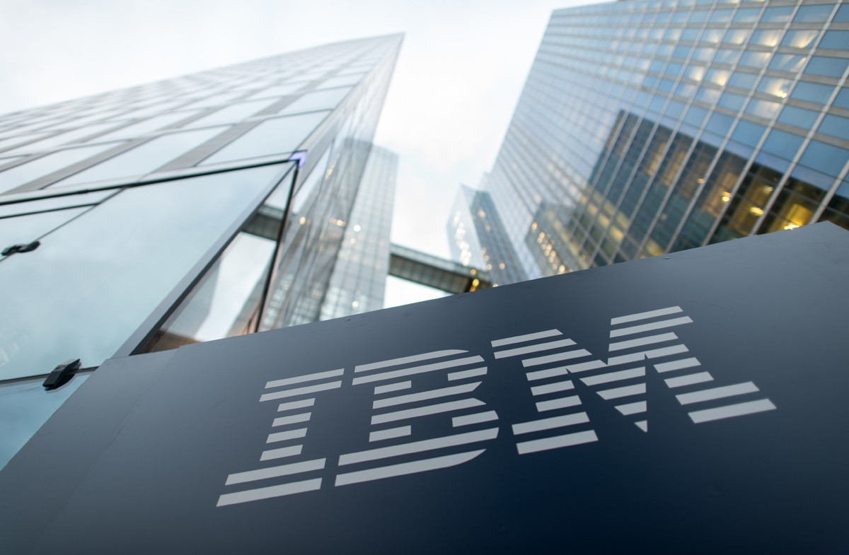 The logo of IBM is seen at the entrance to the Highlight Towers in Munich, Germany, 15 December 2015. Technology corporation IBM opens its worldwide headquarters for its 'Watson IoT' (Internet of Things) division inside the Highlight Towers. Artificial  (Foto: picture alliance via Getty Image)