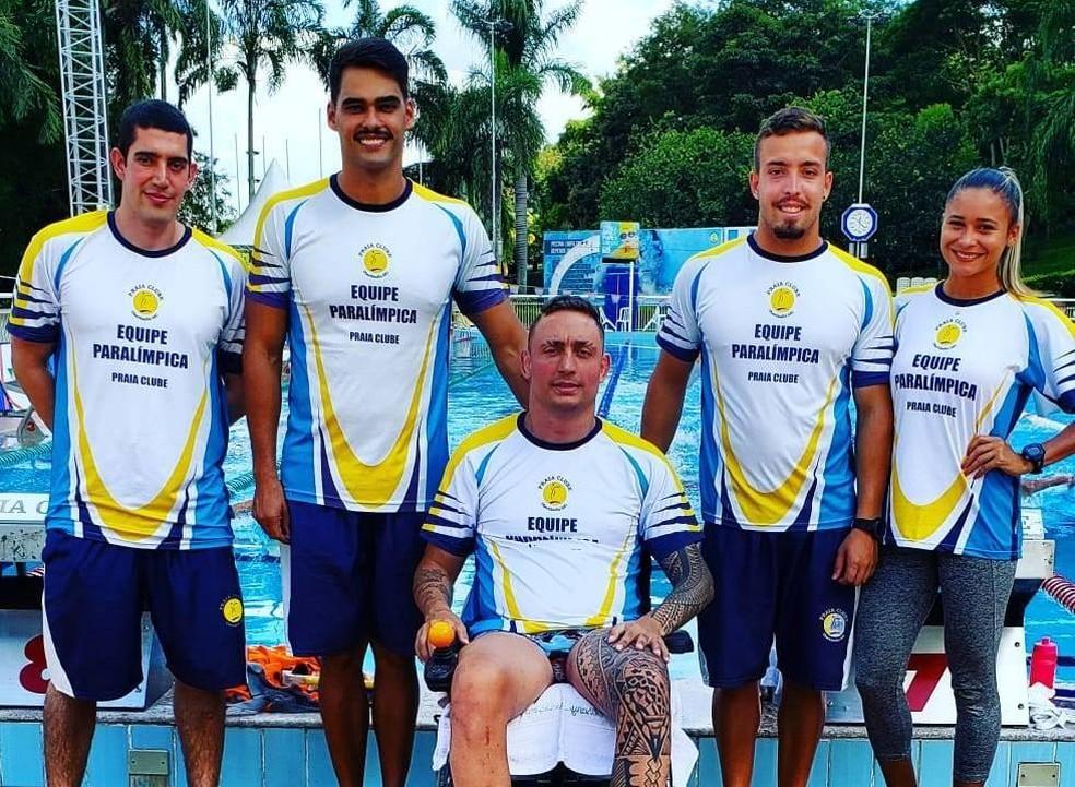Alexandre Vieira (segundo à esquerda) explicou que Ludy segue aperfeiçoamento com comissão técnica do Praia — Foto: Ludy Goulart/Arquivo Pessoal