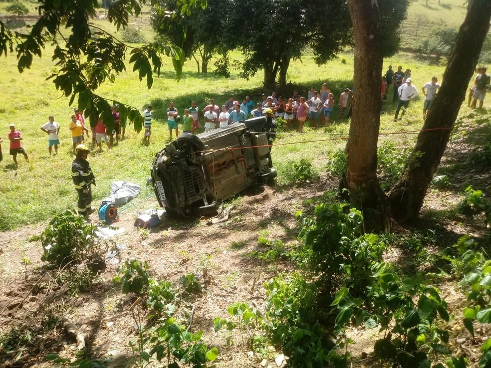 Carro saiu da pista e caiu numa ribanceira ao lado da via; acidente foi na BR-101, no interior de Alagoas â?? Foto: Divulgação/Corpo de Bombeiros