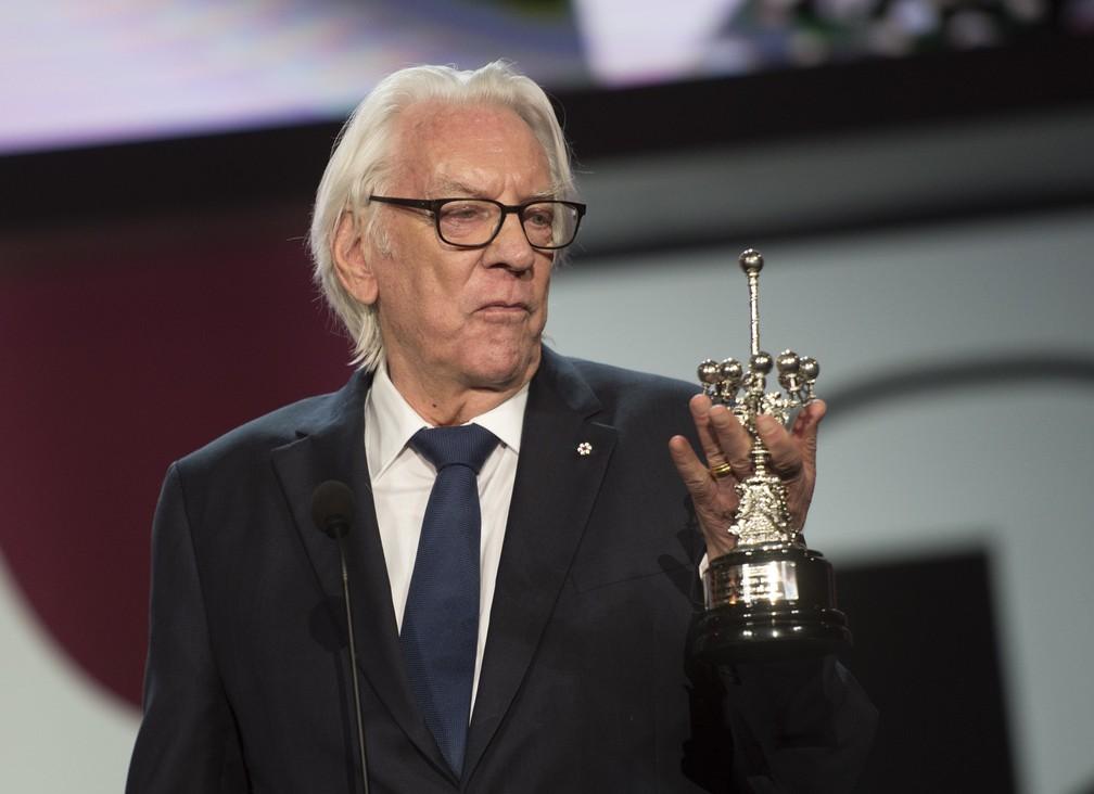 Ator canadense Donald Sutherland segura o prêmio Donostia que recebeu por sua carreira no Festival de Cinema de San Sebastian, na Espanha, nesta quinta (26) — Foto: Ander Gillenea/AFP