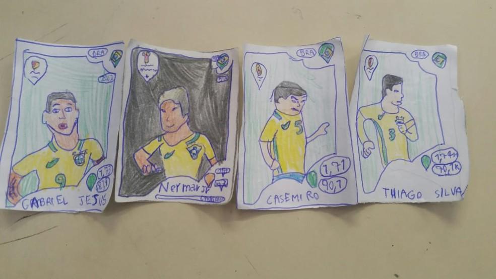 Pedro desenhou cada um dos jogadores para 'completar' o álbum com 126 figurinhas (Foto: Maria Cristina Herculiani/ Arquivo pessoal )