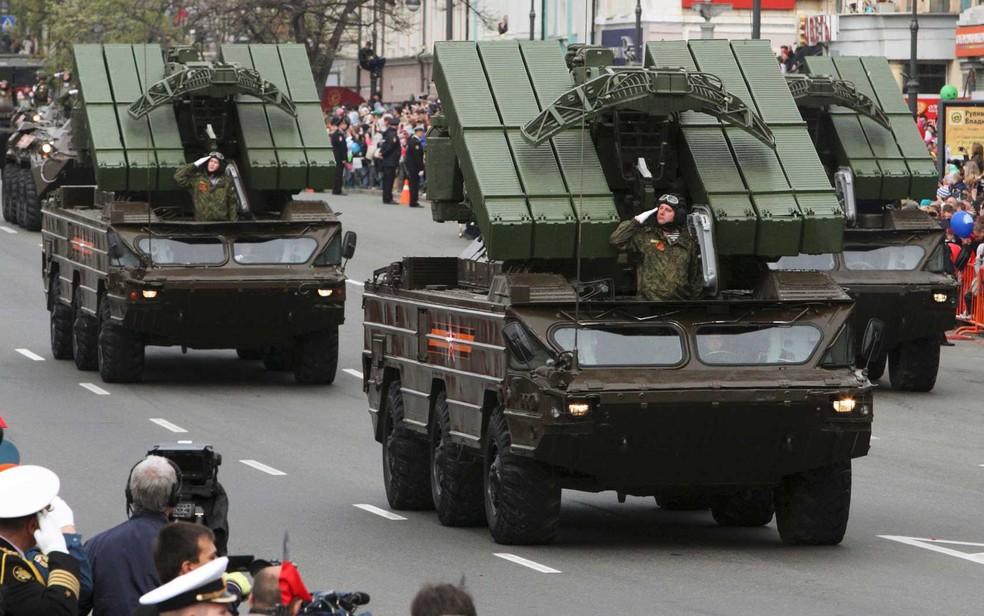 Em imagem de arquivo, Rússia mostra veículos com sistemas de mísseis táticos terra-ar de curto alcance durante o desfile em Vladivostok. — Foto: RIA Novosti / Via Reuters