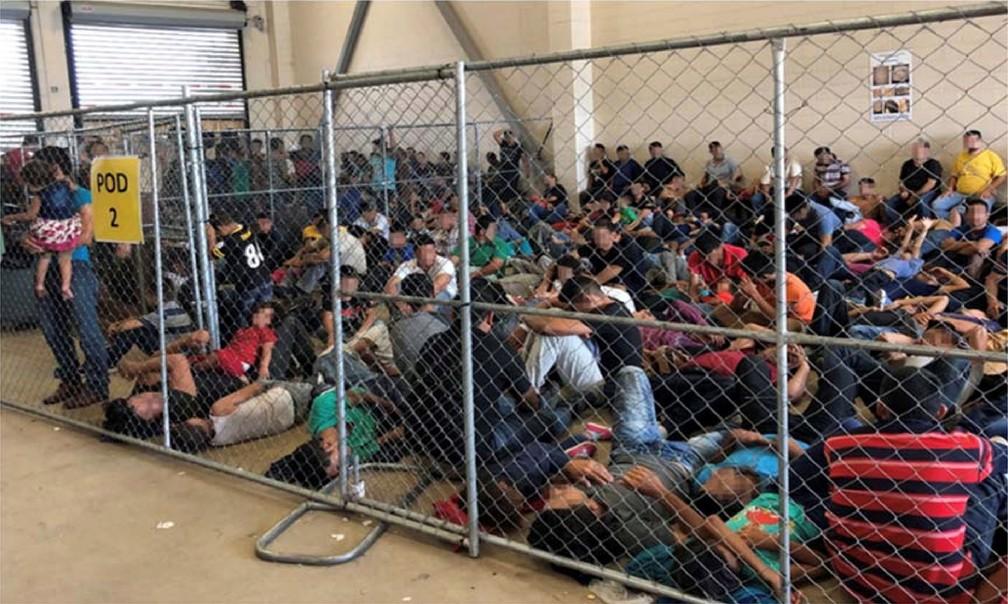 Famílias trancadas em estrutura semelhante a uma jaula em um centro de detenção de imigrantes em McAllen, no Texas — Foto: Office of Inspector General/DHS/Handout/Reuters