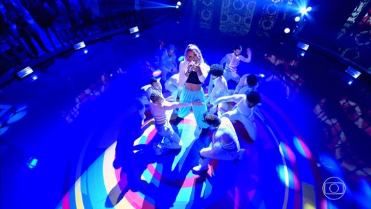 Pabllo Vittar faz entrada triunfal no palco do 'Caldeirão': 'Tinha medo de altura'